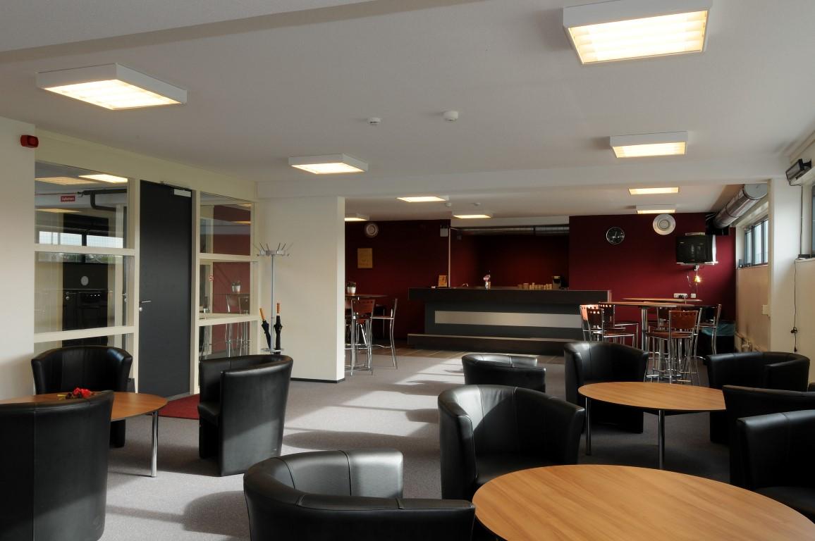 Clubhuis be quick 39 28 alm - Witte salontafel thuisbasis van de wereldberoemde ...
